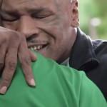 Mike Tyson geeft Evander Holyfield oor terug in Foot Locker reclame